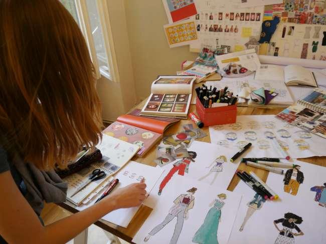 Anka bereitet noch ein paar Arbeitsskizzen für die Kulisse vor