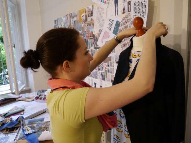 Sarah drapiert unser Blazer-Tunika-Outfit