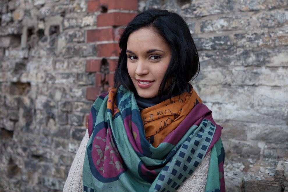 Yanays trägt Schals und Tücher von Sekai Colori Schal in außergewöhnlichem Design