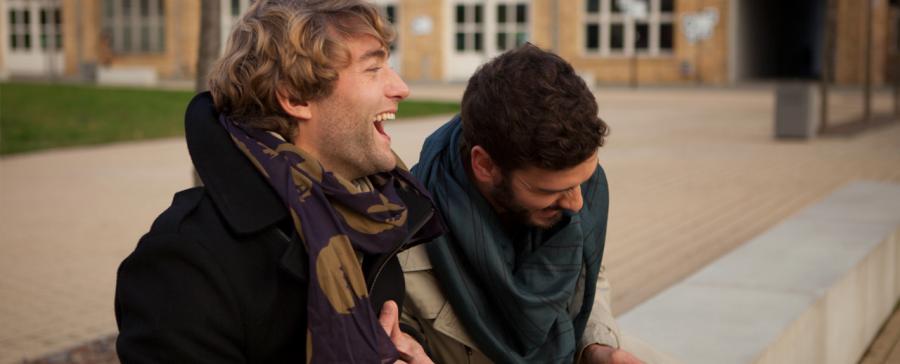 Malte und Christian am Lachen mit Tüchern und Schals