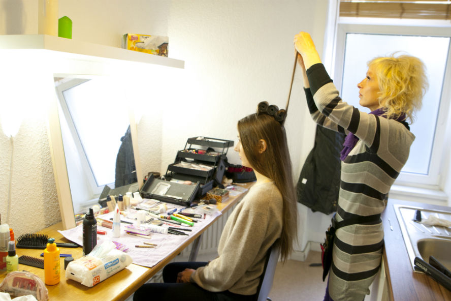 Lisa beim Make-up mit Ramon