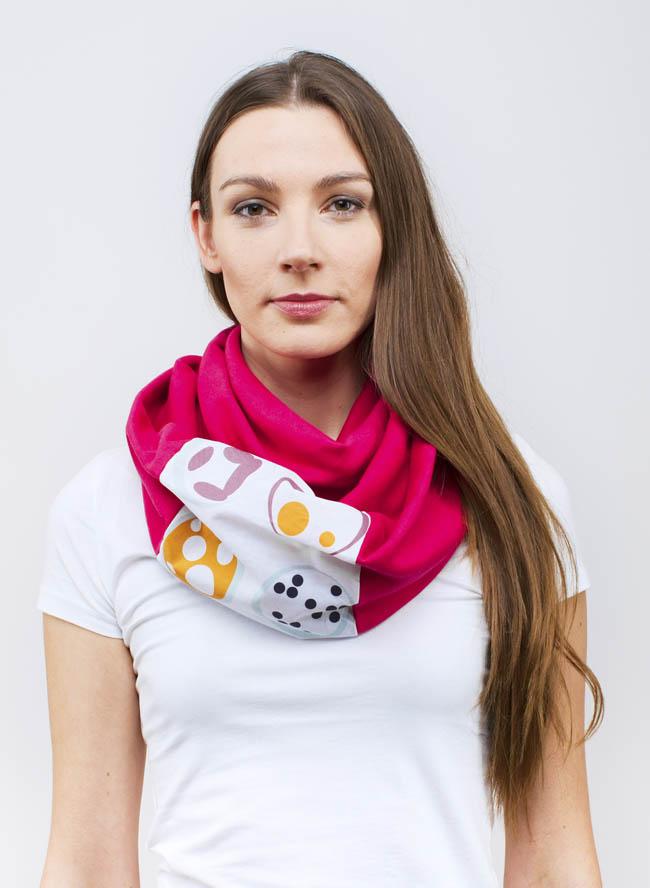 Lisa mit Loop Onigiri Print in Beere Pink