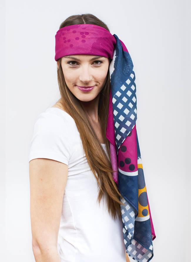 Lisa mit großem Damentuch mit Onigiri Print in Beere Pink und Schiefer Blau als Kopftuch
