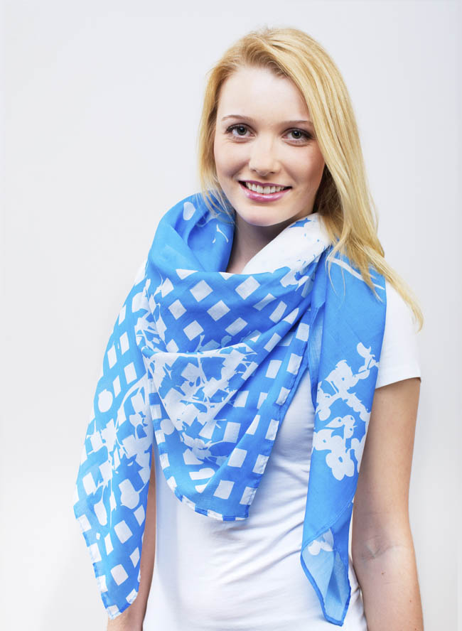 Toni mit großem Damentuch mit Holunder Print in Ozean Blau