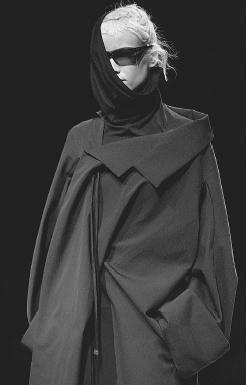 Yohji Yamamoto Herbst/ Winter 2001/02 Ready-to-wear-collection