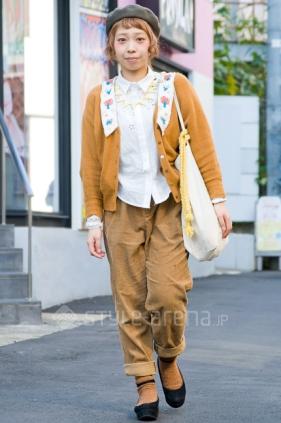 Junge Japanerin modisch gekleidet