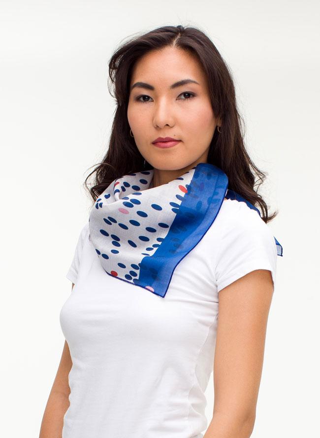 Odmaa mit Halstuch bedruckt azurblau und weiß