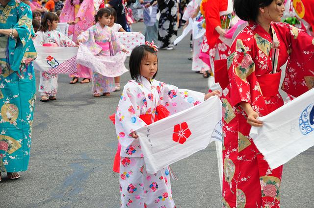Tanz mit Tenugui während Obon