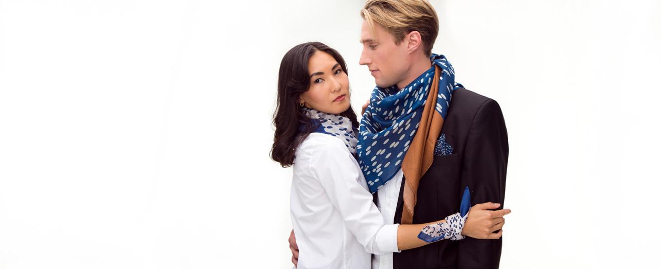 Odmaa und Philipp mit Tüchern Reis Azur