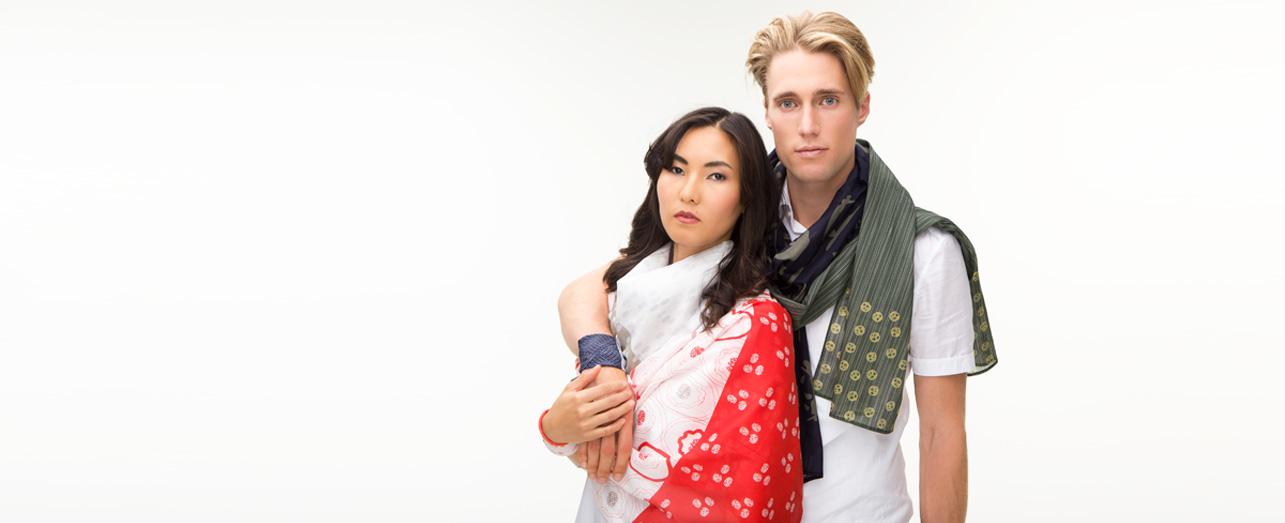 Odmaa und Philipp mit Schals bedruckt