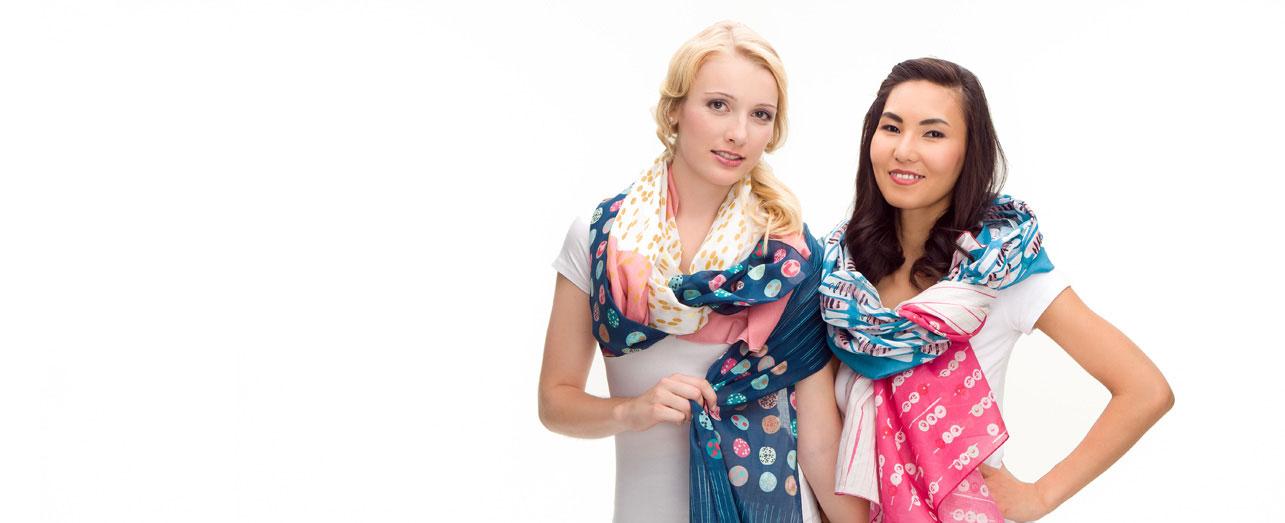 Toni und Odmaa mit seidigen farbigen Tüchern mit besonderen Designs