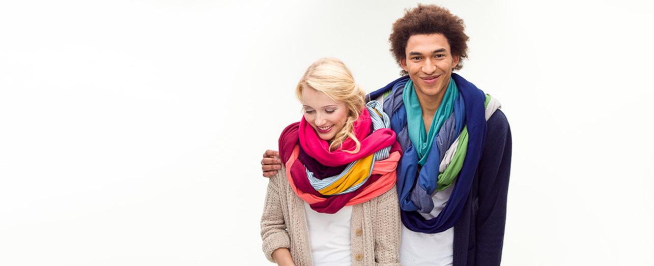 Mamady und Toni mit farbigen Loops aus Biobaumwolle