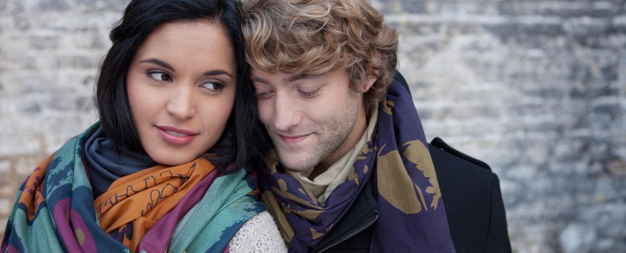 Yani und Malte im Herbst mit farbenfrohen Schals und Tüchern